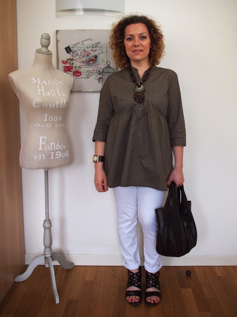 outfit con jeans bianchi e accessori marroni in stile etnico