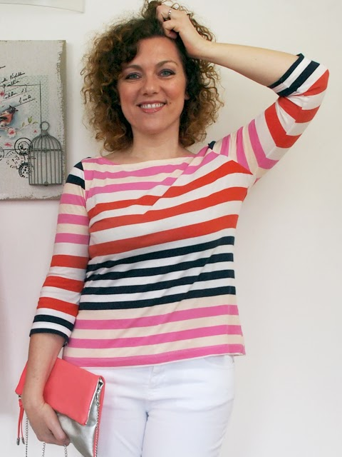 outfit con jeans bianchi e tshirt a righe colorate
