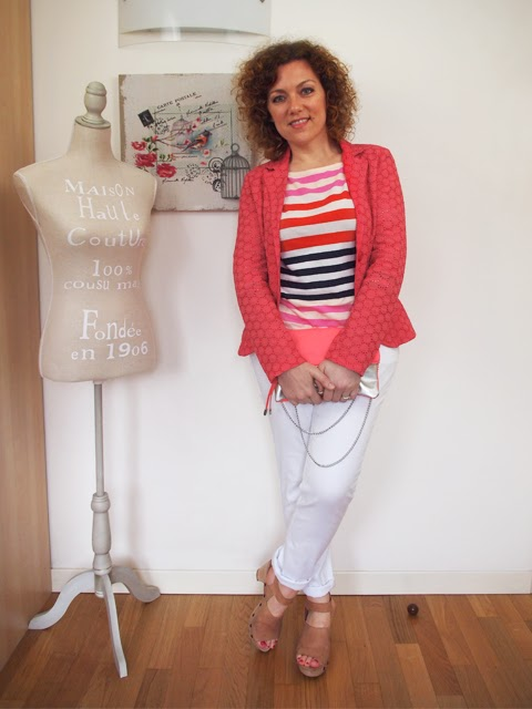 outfit con jeans bianchi, tshirt a righe colorate e giacca