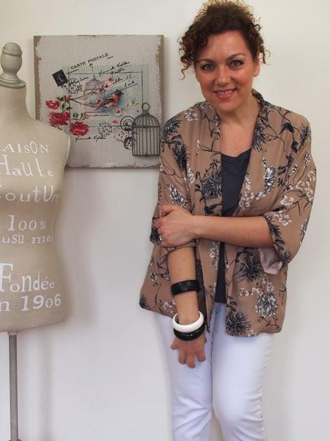 outfit con jeans bianchi e giacca-kimono con fantasia floreale nei toni cipriati