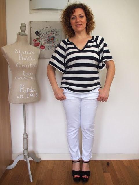 outfit con jeans bianchi e maglia a righe bianconere