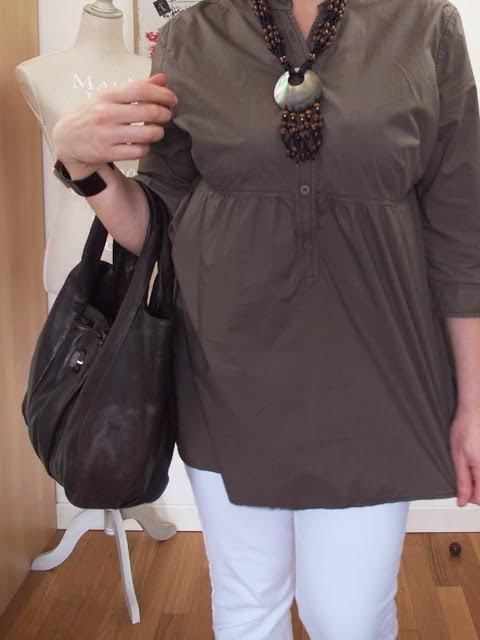 outfit con jeans bianchi e accessori marroni in stile etnico