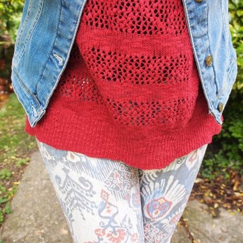 outfit stile tex-mex con giacchina in denim, jeans stampati, stivali e borsa in cuoio