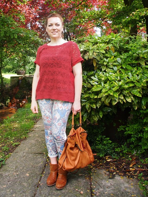 outfit stile tex-mex con jeans stampati, stivali e borsa in cuoio