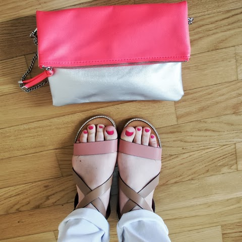 sandali in cuoio beige e rosa con pochette rosa