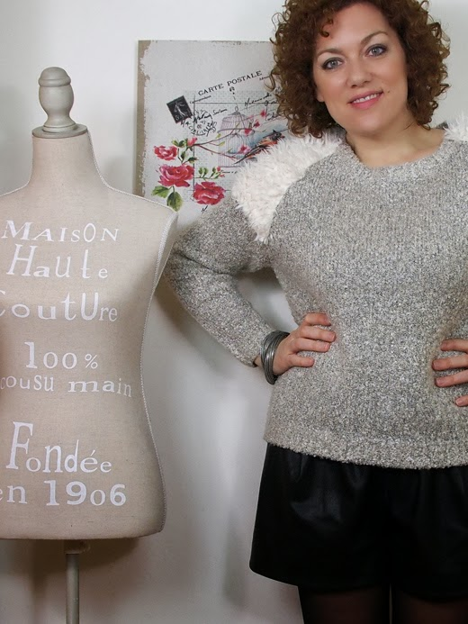 Outfit shorts in pelle e maglione con inserti di pelliccia ecologica