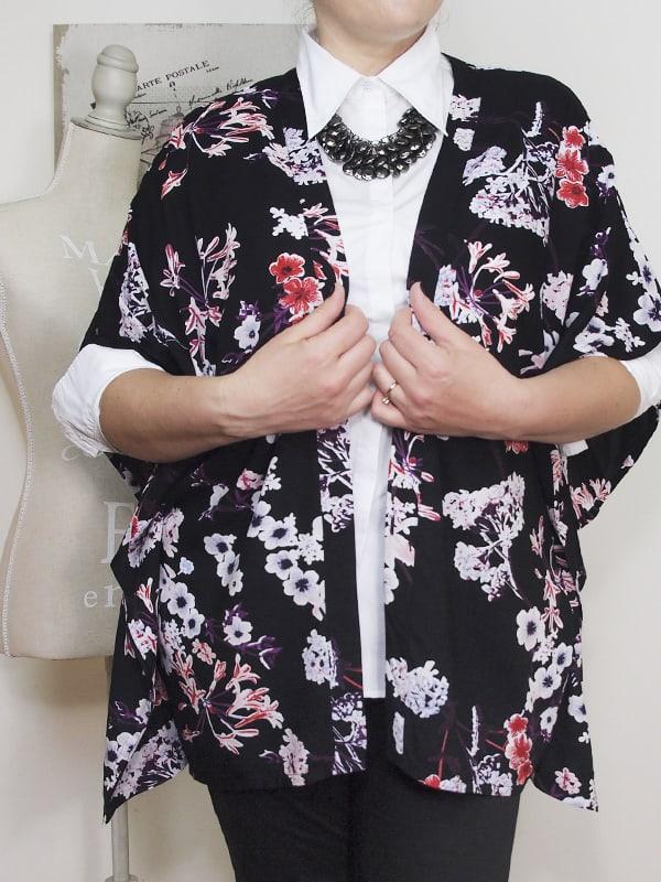 outfit-curvy-camicia-bianca-kimono a fiori-bianco-e-nero-VerdementaBlog-02