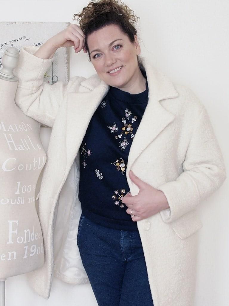 outfit-curvy-maglia-scuba-ricamata-H&M-cappotto-bianco-Pimkie-1