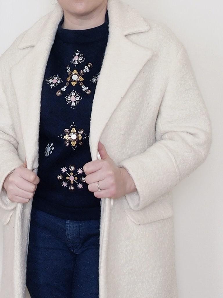 outfit-curvy-maglia-scuba-ricamata-H&M-cappotto-bianco-Pimkie-3