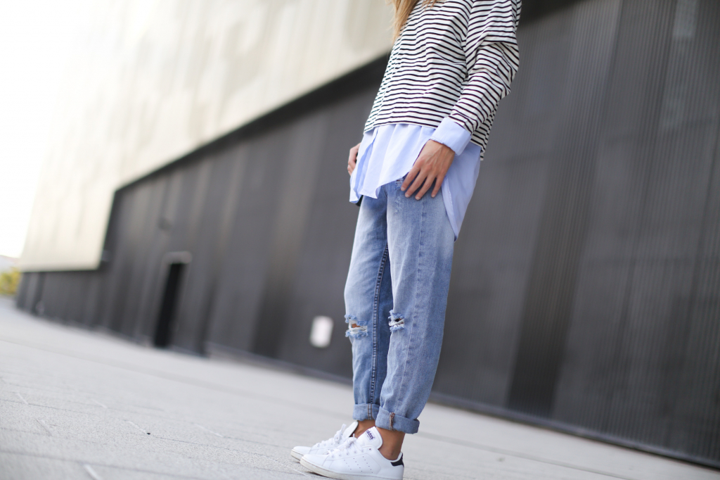 Clochet-streetstyle-suiteblanco-boyfriend-jeans-striped-sweater-adidas-stan-smith-10