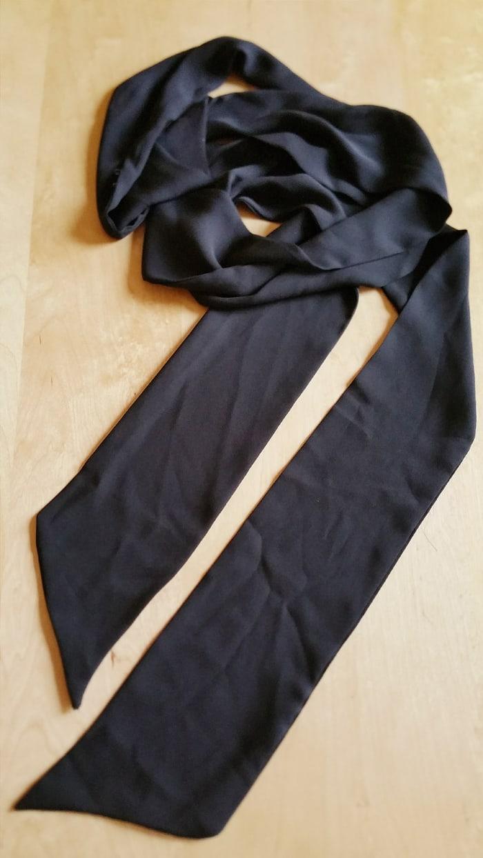 il ritorno dello strangolino o sciarpa sottile o skinny scarf trend