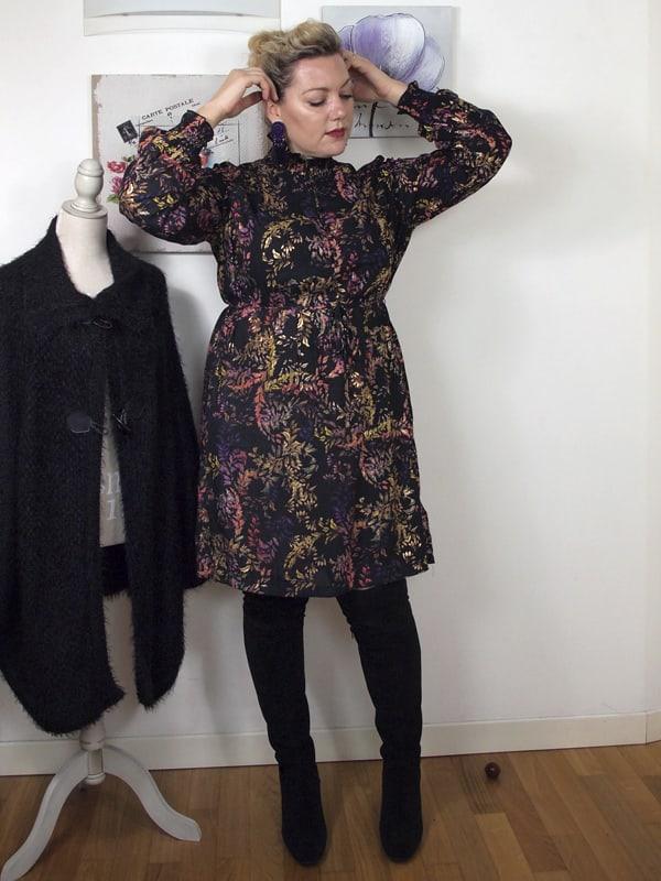 outfit curvy stile anni 70 con abito fantasia e stivali sopra al ginocchio