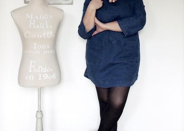 outfit curvy taglia 46 con miniabito in denim e scarpette glitterate