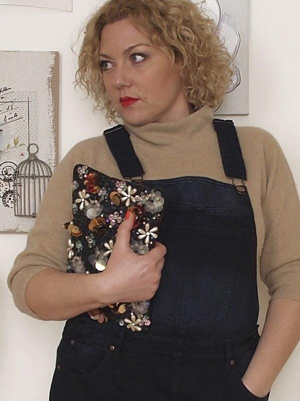 outfit curvy taglia 46 con salopette in denim e pochette ricamata