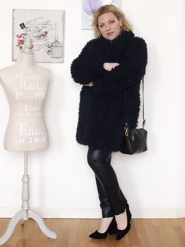 outfit curvy con pantaloni in pelle -11