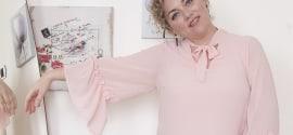 Outfit curvy da cerimonia: pantaloni a fiori e blusa rosa di Donna Gi